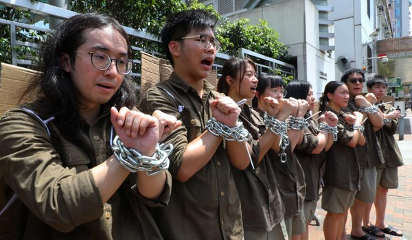 Sinh viên biểu tình bên ngoài trụ sở văn phòng liên lạc Bắc Kinh tại Hong Kong nhằm phản đối luật dẫn độ. Ảnh: SCMP