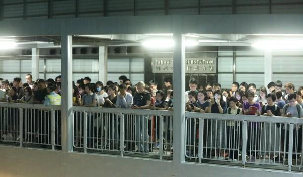 Người biểu tình đã tập trung bên ngoài trụ sở chính quyền Hong Kong đầu ngày 12-6. Ảnh: SCMP