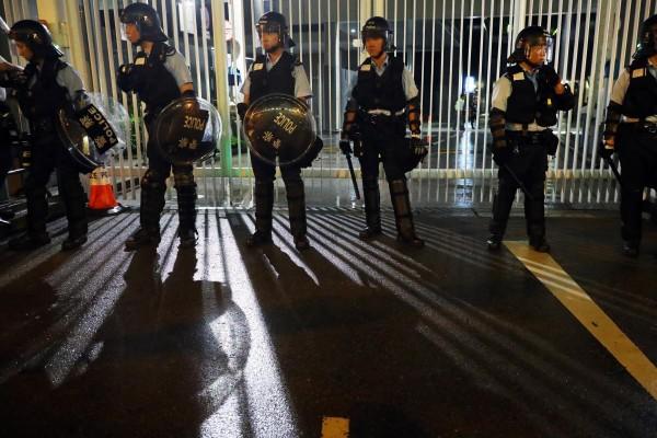 Cảnh sát được huy động bảo vệ trụ sở Hội đồng Lập pháp đầu ngày 12-6. Ảnh: SCMP