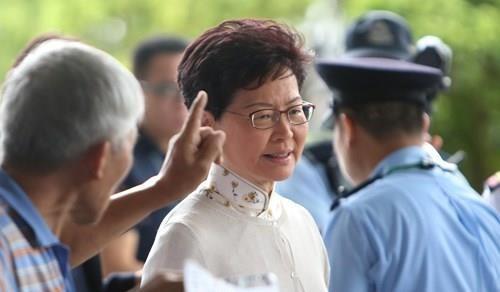 Trưởng Đặc khu Hong Kong Lâm Trịnh Nguyệt Nga gặp những người kiến nghị hủy bỏ dự luật dẫn độ ngày 11-6. Ảnh: SCMP