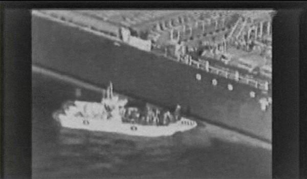 Hình ảnh từ video Bộ Quốc phòng Mỹ công bố cho thấy cảnh một tàu mà Mỹ cho là tàu tuần tra của hải quân Iran tiếp cận tàu dầu Kokuka Courageous - một trong các tàu dầu bị tấn công, và có hành động dỡ một quả mìn được buộc vào thân tàu này. Ảnh: US CENTRAL COMMAND