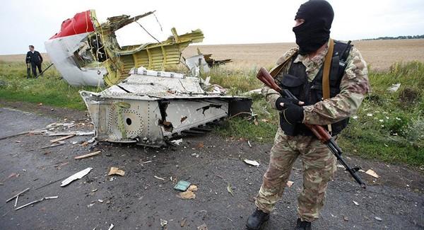 Xác chiếc MH17 tại hiện trường rơi ở Đông Ukraine. Ảnh: SPUTNIK