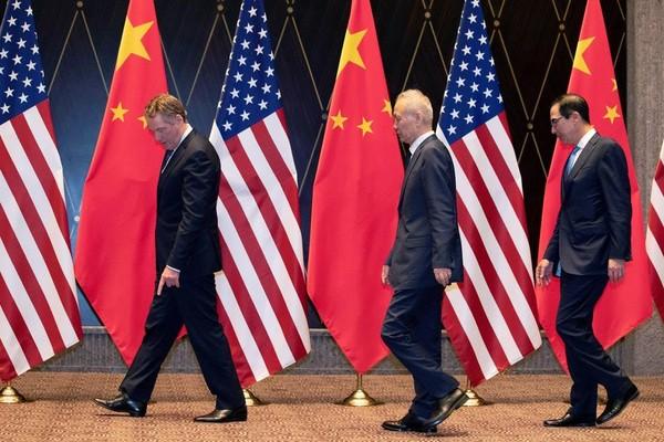 Từ trái sang: Đại diện thương mại Mỹ Robert Lighthizer, Phó Thủ tướng Trung Quốc Lưu Hạc, Bộ trưởng Tài chính Mỹ Steven Mnuchin trong một vòng đàm phán thương mại ở Thượng Hải (Trung Quốc) hồi tháng 7. Ảnh: NYT