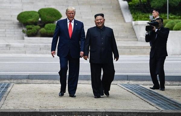 Tổng thống Mỹ Donald Trump (trái) và lãnh đạo Triều Tiên Kim Jong-un (phải) trong cuộc gặp bất ngờ tại làng Bàn Môn Điếm trong khu phi quân sự liên Triều ngày 30-6. Ảnh: REUTERS