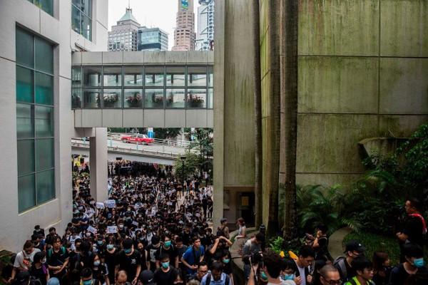 Người biểu tình tuần hành tới Lãnh sự quán Anh ở Hong Kong trong một cuộc biểu tình hồi tháng 6. Ảnh: AFP