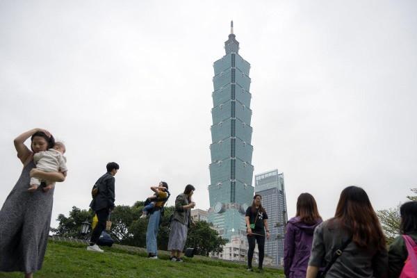 Lượng người Hong Kong đang nhắm chuyển sang Đài Bắc hay các nơi khác của Đài Loan tăng đột biến. Ảnh: BLOOMBERG