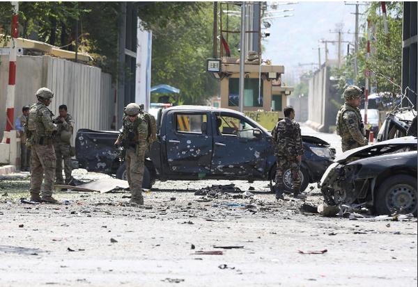 Binh sĩ NATO điều tra hiện trường một vụ tấn công tự sát ở Kabul (Afghanistan) ngày 5-9. Ảnh: REUTERS