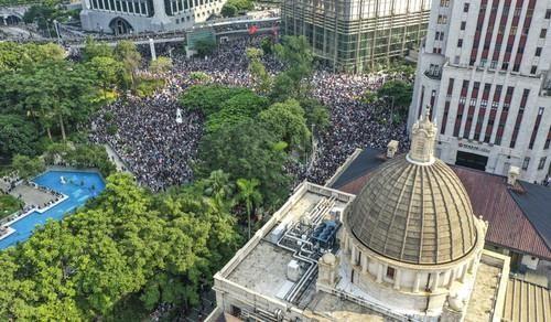 Hàng ngàn người biểu tình kéo về lãnh sự quán Mỹ ở Hong Kong ngày 8-9. Ảnh: SCMP