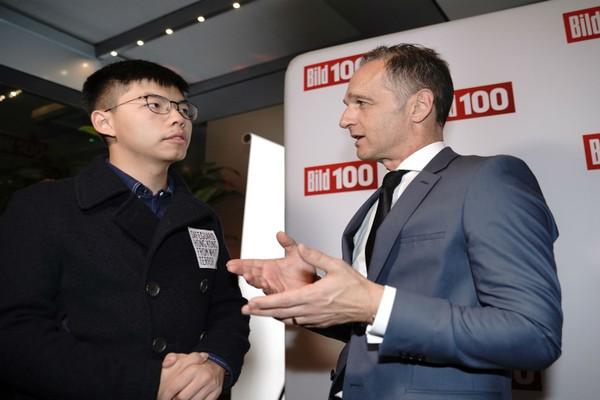 Hoàng Chi Phong (trái) và Ngoại trưởng Đức Heiko Maas tại Berlin ngày 9-9. Ảnh: DPA