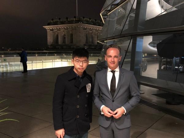 Hoàng Chi Phong (trái) và Ngoại trưởng Đức Heiko Maas tại Berlin ngày 9-9. Ảnh: từ trang TWITTER của Hoàng Chi Phong