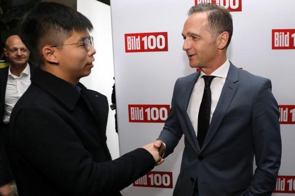 Hoàng Chi Phong (trái) bắt tay với Ngoại trưởng Đức Heiko Maas tại Berlin ngày 9-9. Ảnh: EPA