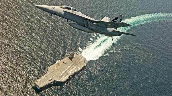 Tiêm kích F/A-18F Super Hornet bay trên tàu sân bay USS Gerald R. Ford của Mỹ. Ảnh: REUTERS