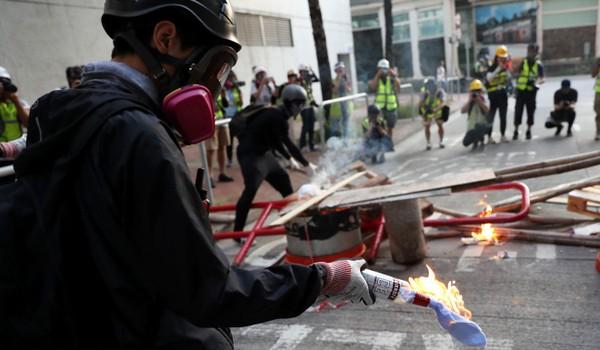 Người biểu tình chuẩn bị ném bom xăng khi xung đột với cảnh sát. Ảnh: SCMP