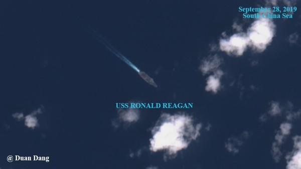 Tàu sân bay USS Ronald Reagan di chuyển một mình lúc bị 7 tàu Trung Quốc bao vây ở biển Đông. Ảnh: TWITTER