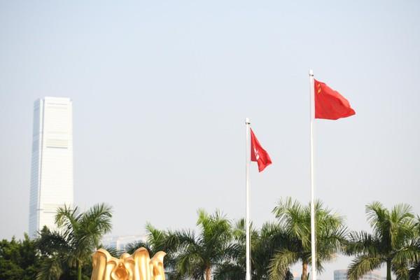 Cờ Hong Kong và cờ Trung Quốc tại Hong Kong ngày 1-10. Ảnh: CNN