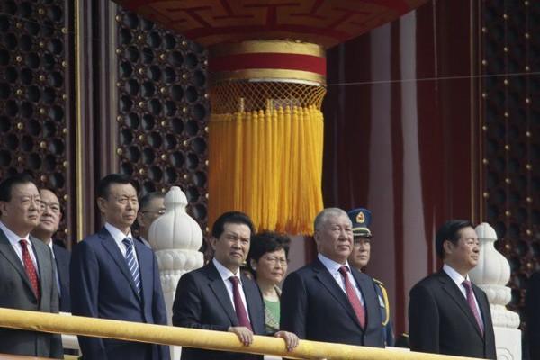 Trưởng Đặc khu Hong Kong Lâm Trịnh Nguyệt Nga (giữa, hàng thứ hai) đứng cùng các quan chức Trung Quốc tại cổng Thiên An Môn ở Bắc Kinh trước khi lễ diễu binh kỷ niệm Quốc khánh lần thứ 70 bắt đầu sáng nay 1-10. Ảnh: REUTERS