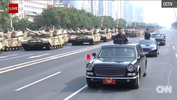 Ông Tập đứng trên một chiếc xe limousine chống đạn thị sát diễu binh, sau hkhi hoàn tất bài phát biểu 7 phút. Ảnh: SCMP
