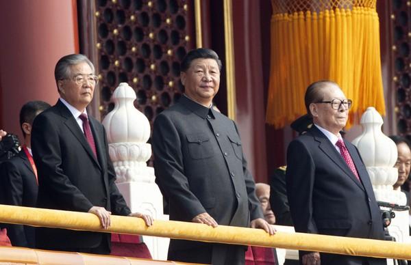 Chủ tịch Trung Quốc Tập Cận Bình đứng giữa hai người tiền nhiệm Giang Trạch Dân (phải) và Hồ Cẩm Đào (trái) tại Quảng trường Thiên An Môn sáng nay 1-10. Ảnh: SCMP