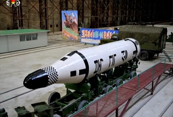 Tên lửa đạn đạo phóng từ tàu ngầm Pukkŭksŏng-1 của Triều Tiên. Ảnh: HANKYOREI