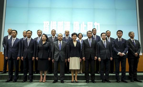 Trưởng Đặc khu Hong Kong Lâm Trịnh Nguyệt Nga có buổi họp báo cùng với 16 quan chức cấp cao của TP chiều 4-10. Ảnh: SCMP
