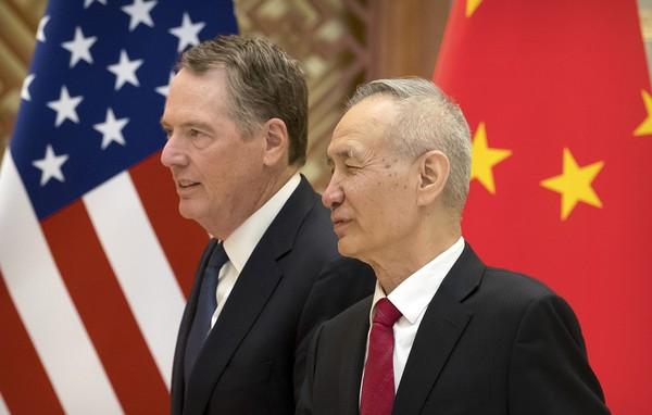 Đại diện Thương mại Mỹ Robert Lighthizer và Phó Thủ tướng Trung Quốc Lưu Hạc. Phái đoàn quan chức hai nước sẽ gặp nhau vào tuần tới tại Mỹ để đàm phán thương mại. Ảnh: AFP