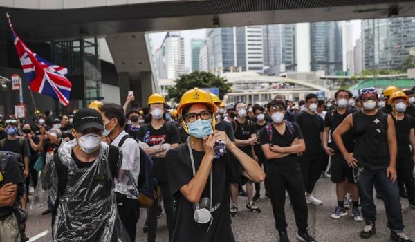 Xuống đườnXuống đường ở Hong Kong phản đối lệnh cấm mang mặt nạ khi đi biểu tình. Ảnh: SCMPg ở Hong Kong phản đối lệnh cấm mang mặt nạ khi đi biểu tình. Ảnh: SCMP