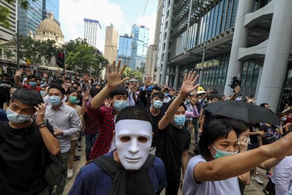 Xuống đường ở Hong Kong phản đối lệnh cấm mang mặt nạ khi đi biểu tình. Ảnh: SCMP