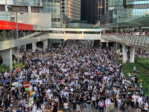 Biểu tình phản đối lệnh cấm mang mặt nạ khi biểu tình ở Hong Kong. Ảnh: SCMP