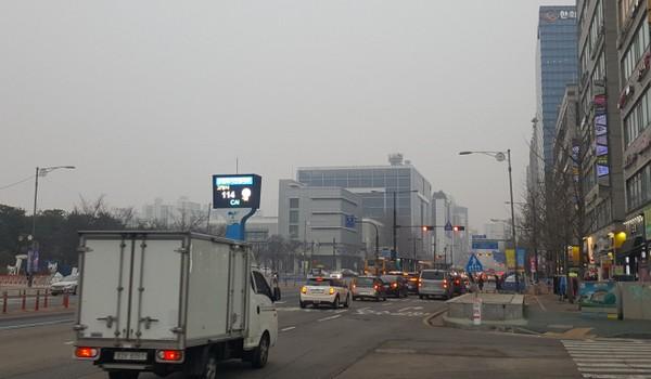Đường phố Hàn Quốc luôn rập rình nguy hiểm với các nhân viên giao hàng nhanh. Ảnh: SCMP
