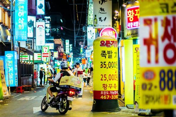 Nghề giao hàng bằng xe máy đang được chú ý ở Hàn Quốc. Ảnh: SHUTTERSTOCK