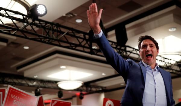 Thủ tướng Canada Justin Trudeau phát biểu tại cuộc vận động tranh cử và không gặp trục trặc nào. Có thể nhìn thấy lớp áo chống đạn nổi ra ngoài. Ảnh: REUTERS