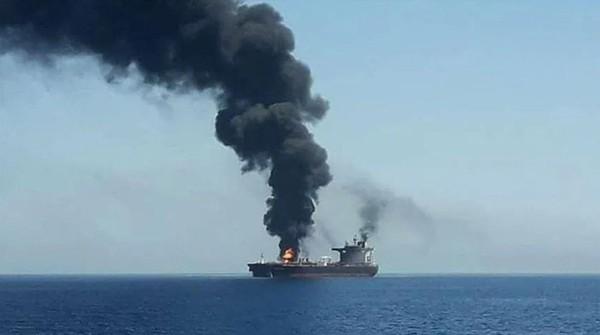 Tàu dầu Sinopa của Iran bốc cháy sau khi bị tấn công ở biển Đỏ ngày 10-11. Ảnh: TWITTER