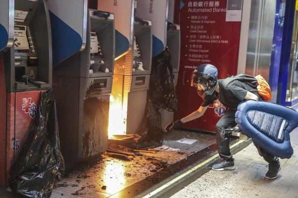 Một chi nhánh ngân hàng Trung Quốc tại Hong Kong bị phóng hỏa, phá phách, ngày 13-10. Ảnh: SCMP
