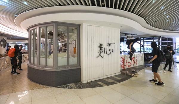 Một trung tâm mua sắm bị phá hoại. Ảnh: SCMP