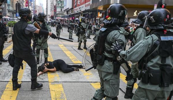 Cảnh sát chống bạo động khống chế một nghi can có hành vi bạo lực trong ngày biểu tình 13-10 tại Hong Kong. Ảnh: SCMP