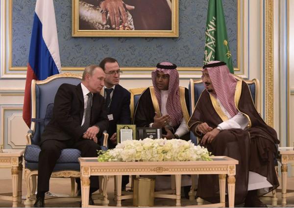 Tổng thống Nga Vladimir Putin (trái) được Quốc vương Salman bin Abdulaziz Al Saud của Saudi Arabia tiếp đón tại thủ đô Riyadh (Saudi Arabia) ngày 14-10. Ảnh: SPUTNIK