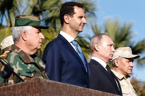 Tổng thống Nga Vladimir Putin (thứ hai từ phải sang) thăm Syria năm 2017, cùng Tổng thống Syria Bashar al-Assad (thứ hai từ trái sang), Bộ trưởng Quốc phòng Nga (phải), Tổng Tham mưu quân đội Syria Ali Abdullah Ayyoub (trái) dự một lễ diễu binh ở tỉnh Latakia (tây bắc Syria). Ảnh: AFP