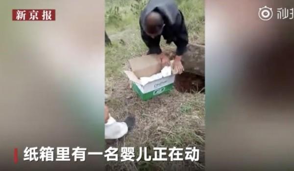 Cậu bé được phát hiện bị đặt trong một thùng giấy chôn dưới hố, có tấm bê tông đậy lên trên. Ảnh: WEIBO