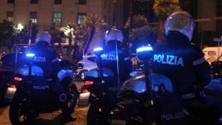 Cảnh sát Ý vừa phá một băng đảng Ý đưa rác nhựa có độc sang Trung Quốc làm giày. Ảnh: GETTY IMAGES