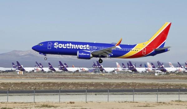 """Đơn kiện nói phi công đã cố gắng thuyết phục tiếp viên rằng các máy quay được gắn trong nhà vệ sinh như một """"biện pháp an ninh bí mật hàng đầu được lắp đặt trên tất cả các máy bay Boeing 737-800 của hãng Southwest"""". Ảnh: SHUTTERSTOCK"""