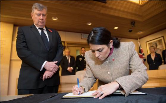 Bộ trưởng Nội vụ Anh Priti Patel viết vào sổ tang chia buồn với 39 nạn nhân tại hạt Essex ngày 28-10. Ảnh: PA