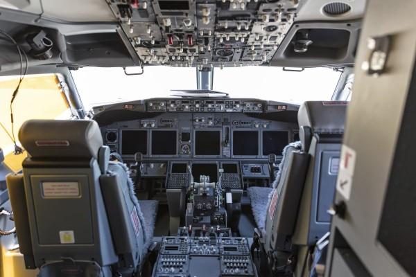 Bên trong buồng lái chiếc máy bay Boeing 737-800. Ảnh: SCMP