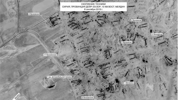 Hình ảnh vệ tinh chụp ngày 8-9 cho thấy có hàng chục xe tải chở dầu gần các mỏ dầu ở tỉnh Deir ez-Zor (Syria). Ảnh: BỘ QUỐC PHÒNG NGA
