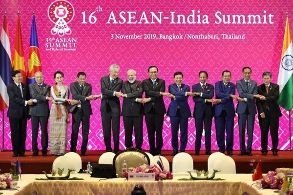 Các lãnh đạo ASEAN và Thủ tướng Ấn Độ Narenda Modi (thứ 6 từ trái sang) chụp hình chung tại hội nghị thượng đỉnh ASEAN-Ấn Độ thứ 16 trong khuôn khổ kỳ Hội nghị ASEAN cấp cao lần thứ 35, tại Bangkok (Thái Lan) ngày 3-11. Ảnh: ST