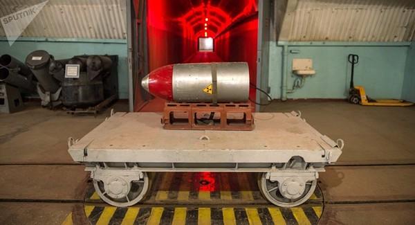Một đầu đạn hạt nhân trên một xe đẩy tại bảo tàng hải quân Balaklava ở bán đảo Crimea. Ảnh: SPUTNIK