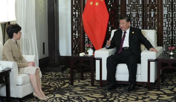 Chủ tịch Trung Quốc Tập Cận Bình (phải) gặp Trưởng Đặc khu Hong Kong Lâm Trịnh Nguyệt Nga tại Thượng Hải ngày 4-11. Ảnh: THX