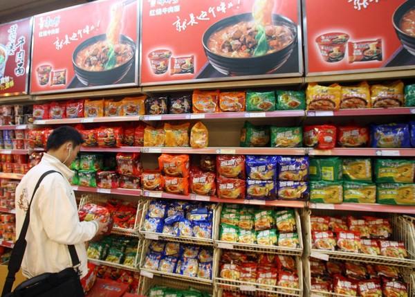 Số lượng mì ăn liền bán ra tại Trung Quốc năm ngoái hơn 40 tỉ gói – tương đương hơn 38,8% doanh số toàn cầu. Ảnh: BLOGSPOT