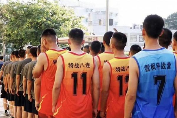 Binh sĩ giúp dọn dẹp chướng ngại vật trên đường phố Hong Kong ngày 16-11 là từ một lữ đoàn chống khủng bố hàng đầu của quân đội Trung Quốc, dựa vào dấu hiệu nhận dạng trên những chiếc áo thun họ mặc. Ảnh: SCMP