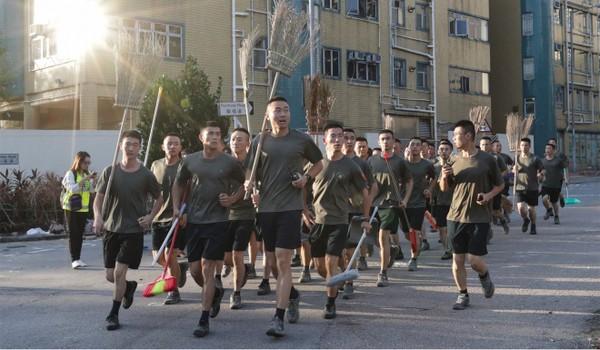Binh sĩ Trung Quốc chạy trở về doanh trại sau khi dọn dẹp đường phố Hong Kong ngày 16-11. Ảnh: SCMP