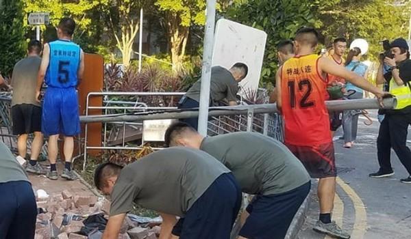 Binh sĩ Trung Quốc giúp dọn dẹp đường phố Hong Kong. Ảnh: SCMP